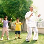 Abuelo y nietos practicando Chi Kung