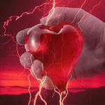 Mano sujetando corazón de manzana energizado